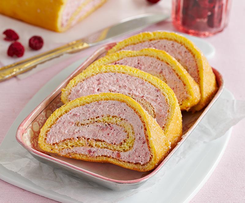 """Kaker og annet julegodt / Høsten har budt på flere nye kokebøker med kaker, bakst og andre lavkarbo-/høyfettgodsaker. Her presenterer vi noen utvalgte oppskrifter fra to av dem. Som en del av kaka med den passende tittelen """"Englekake"""" får du også med deg oppskrifter på marsipanmasse, bounty og gelé. Flere av kakene er lagd av mandler. Vi har også med oppskrift på pepperkaker. Det er tross alt snart jul."""
